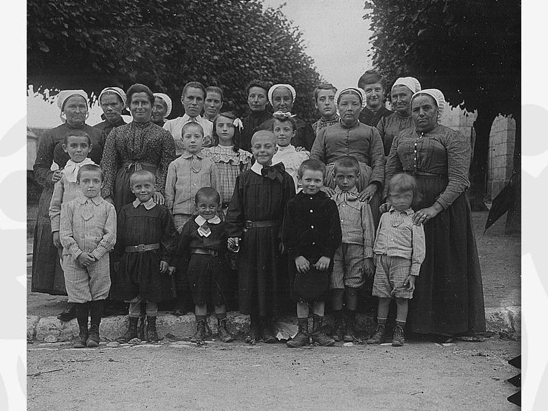 Groupe d'enfants accueillis à l'oeuvre en 1900