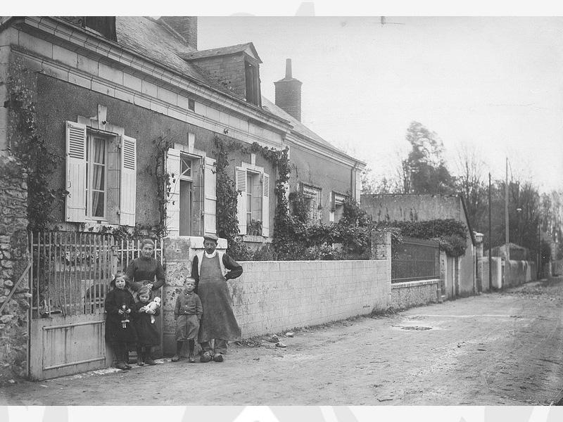 Enfants accueillis à l'Oeuvre avec leur famille nourricière au début du XXème siècle