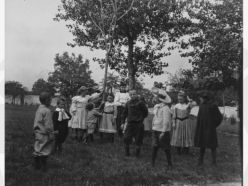 Vers 1909 Groupe d'enfants accueillis au sein d'une des filiales de l'Oeuvre