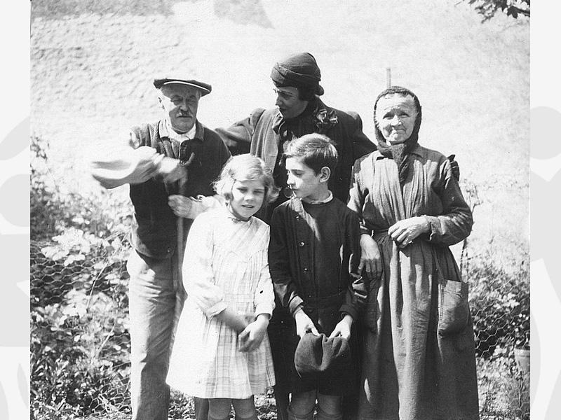 Des enfants avec leur famille nourricière en 1939