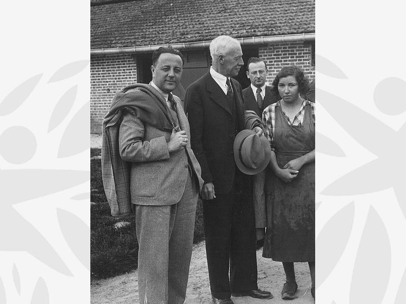 Marie, lycéenne, aux côtés des administrateurs de l'Oeuvre Grancher (au centre le Dr Armand DELILLE, Secrétaire général de l'Oeuvre)
