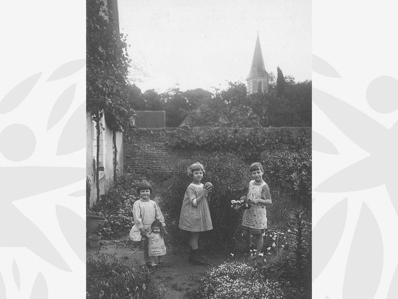 Les enfants Yvonne, Fernande et Micheline, au Foyer de Bléré (Indre et Loir) vers 1940