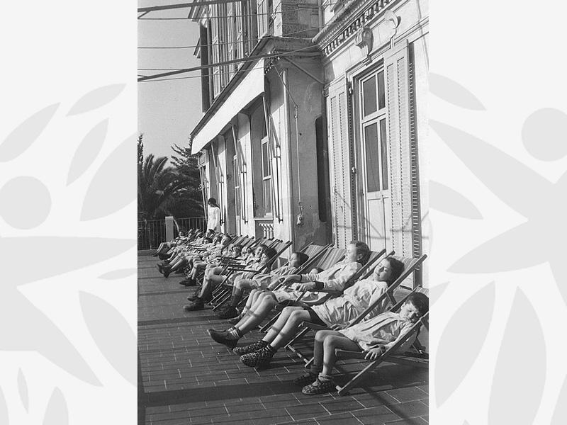 Cure de repos des enfants accueillis à l'Oeuvre Grancher le 10 mars 1952 à l'aérium de Villa la Côte près de Nice