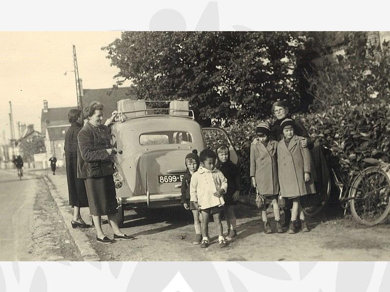 Les enfants accueillis à l'Oeuvre et leurs nourrices, devant le Centre de Neung sur Beuvron le 10 novembre 1955